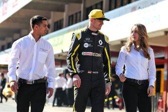 Гонщик Renault Sport F1 Team Нико Хюлькенберг и участники Infiniti Engineering Academy
