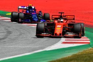 Sebastian Vettel, Ferrari SF90, devant Alexander Albon, Toro Rosso STR14