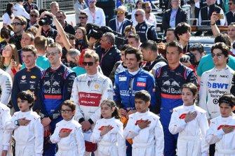 Los pilotos y los grid kids en el himno nacional