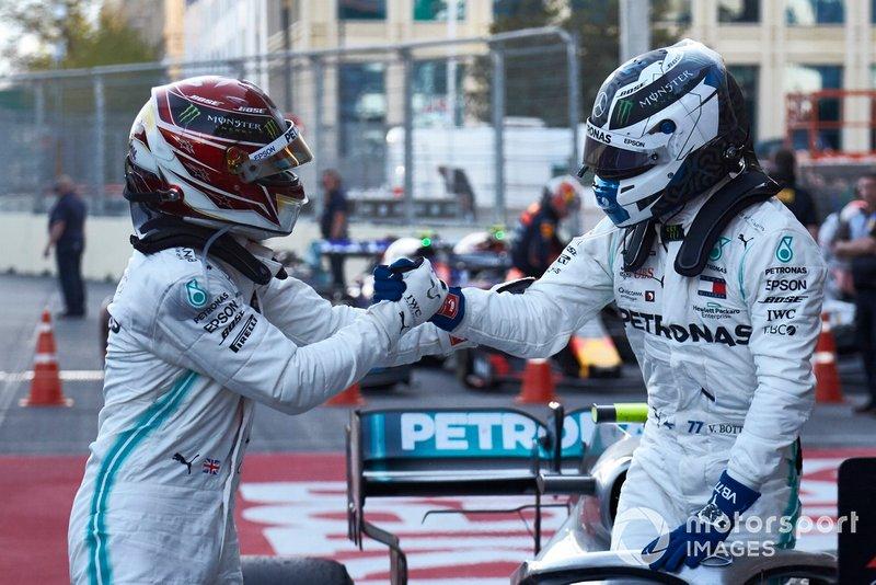 Lewis Hamilton, Mercedes AMG F1, secondo, fa i complimenti a Valtteri Bottas, Mercedes AMG F1, vincitore, al Parco Chiuso