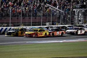 Joey Logano, Team Penske, Ford Mustang Shell Pennzoil and Chase Elliott, Hendrick Motorsports, Chevrolet Camaro NAPA Brakes