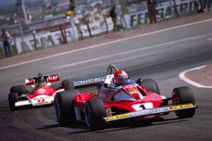 Niki Lauda, Ferrari 312T2, ve James Hunt, McLaren M23 Ford