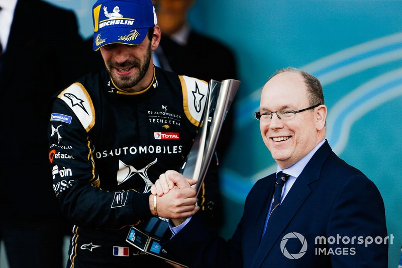 Podium: race winner Jean-Eric Vergne, DS TECHEETAH receives his trophy from Albert II, Prince of Monaco on the podium