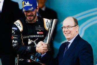 Podio: el ganador de la carrera Jean-Eric Vergne, DS TECHEETAH recibe su trofeo de manos de Alberto II, Príncipe de Mónaco