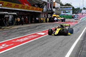 Nico Hulkenberg, Renault R.S. 19, comes in with damage after an off in Q1