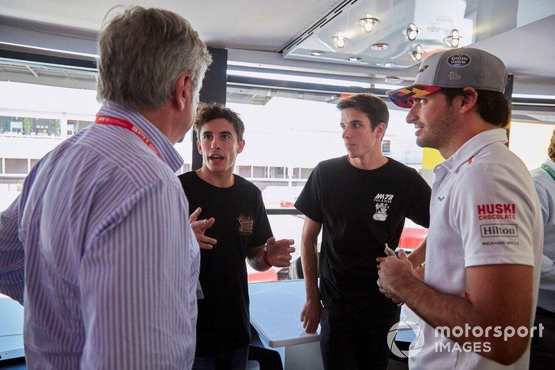Los pilotos de MotoGP Alex y Marc Márquez con Carlos Sainz Jr, McLaren y su padre