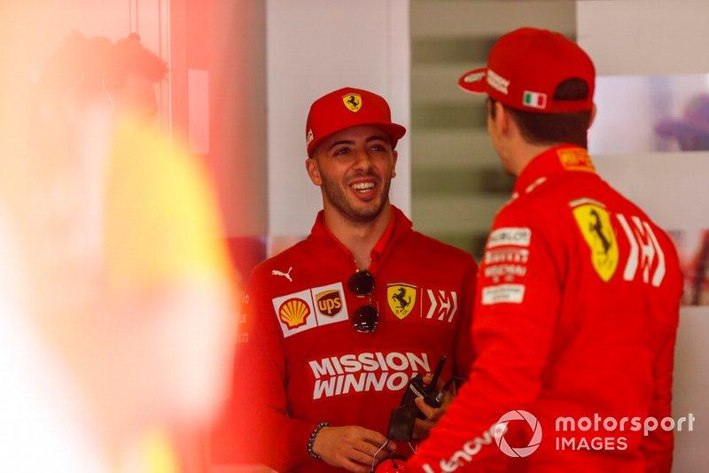 Antonio Fuoco, piloto de reserva de Ferrari, con Charles Leclerc, Ferrari