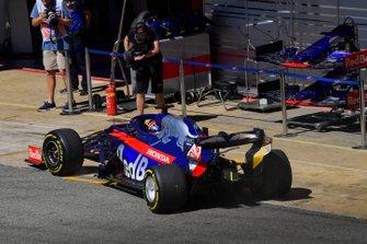 Daniil Kvyat, Toro Rosso STR14, in the pit lane