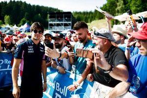 Lance Stroll, Racing Point prend un selfie avec un fan