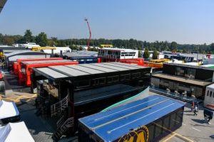 Les camions FIA et des équipes dans le paddock