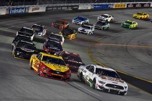Joey Logano, Team Penske, Ford Mustang Shell Pennzoil y Kevin Harvick, Stewart-Haas Racing, Ford Mustang Hunt Brothers Pizza