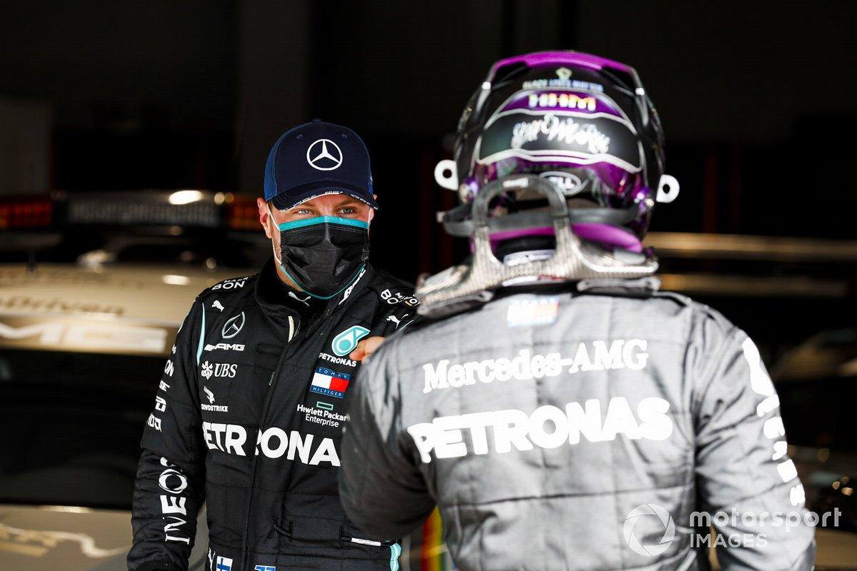 Valtteri Bottas, Mercedes-AMG F1, si congratula con il pole man Lewis Hamilton, Mercedes-AMG F1