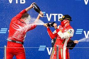 Le représentant constructeur et le vainqueur Mick Schumacher, Prema Racing fêtent sur le podium avec le Champagne
