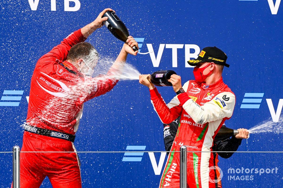 Podio: ganador Mick Schumacher, Prema Racing celebra