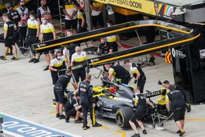 Esteban Ocon, Renault F1 Team R.S.20, makes a stop
