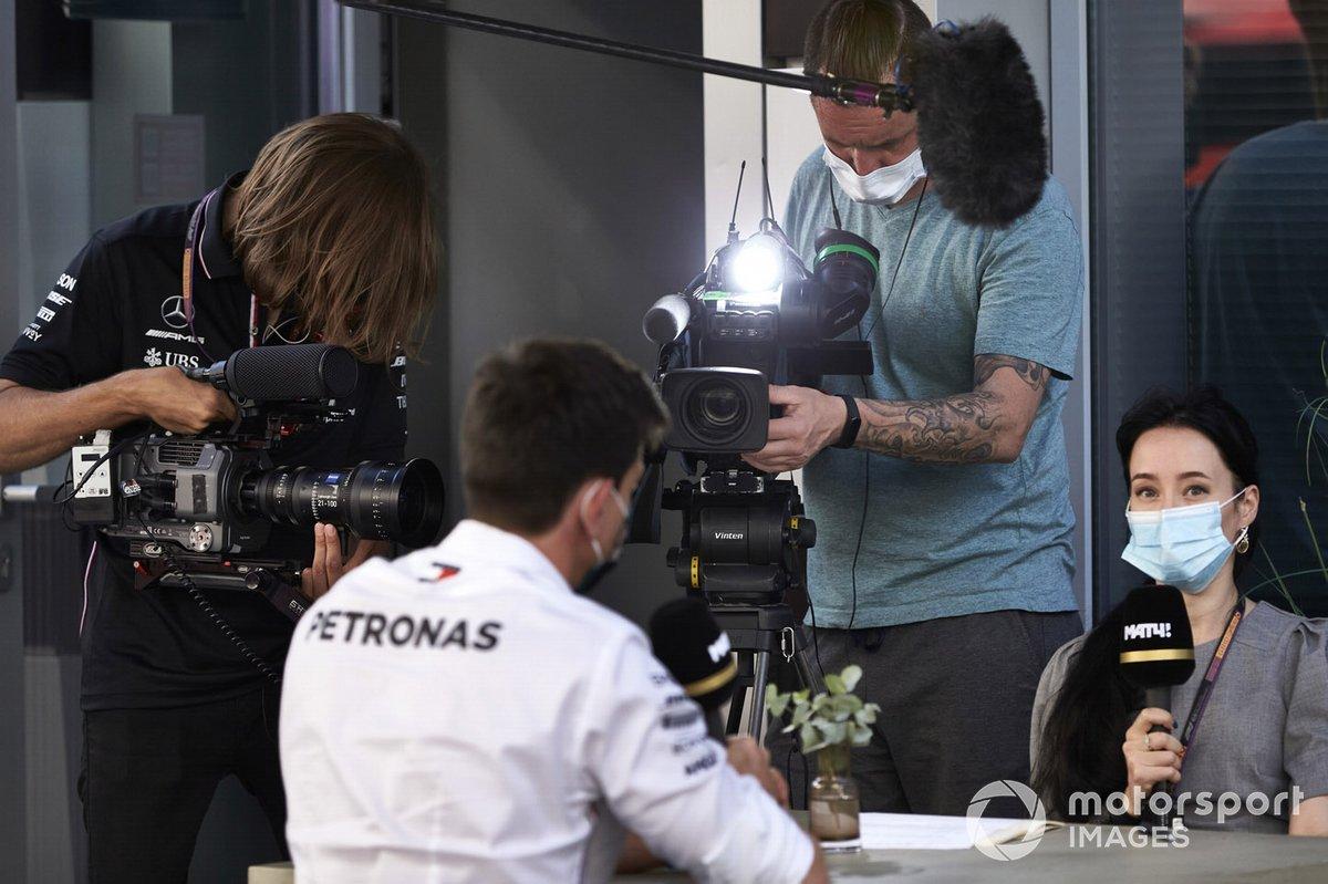 Toto Wolff, Director Ejecutivo de Mercedes AMG, es entrevistado