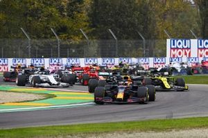 Max Verstappen, Red Bull Racing RB16, Lewis Hamilton, Mercedes F1 W11, Daniel Ricciardo, Renault F1 Team R.S.20, Charles Leclerc, Ferrari SF1000, Pierre Gasly, AlphaTauri AT01, and the remainder of the field on the opening lap