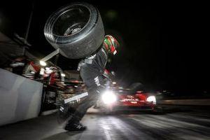 #31 Whelen Engineering Racing Cadillac DPi, DPi: Pipo Derani, Felipe Nasr, Filipe Albuquerque, pit stop