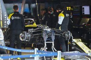 Los mecánicos de Renault con el Renault F1 Team R.S.20 de Daniel Ricciardo en el garaje