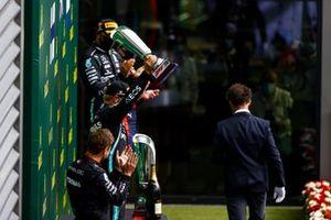 Valtteri Bottas, Mercedes-AMG F1, 2° posto, alza il suo trofeo