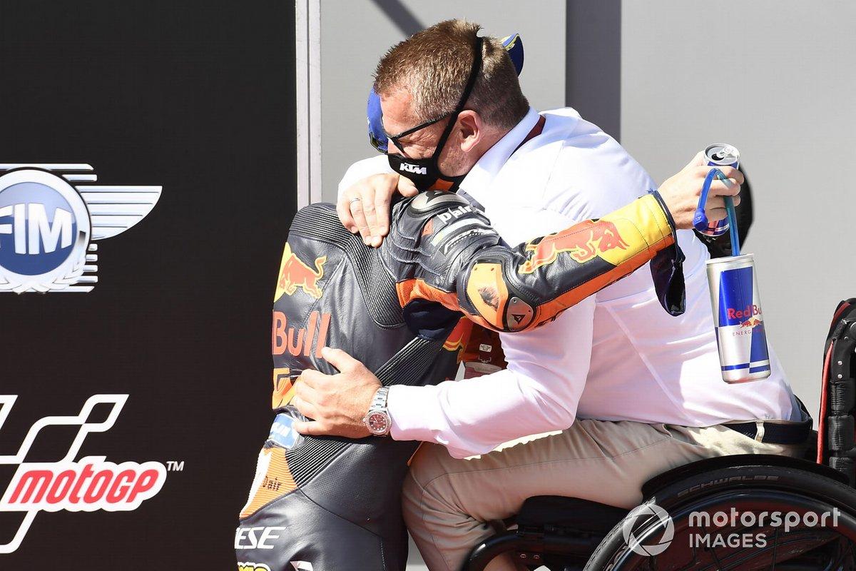 Ganador de la pole Pol Espargaró, Red Bull KTM Factory Racing, Pit Beirer