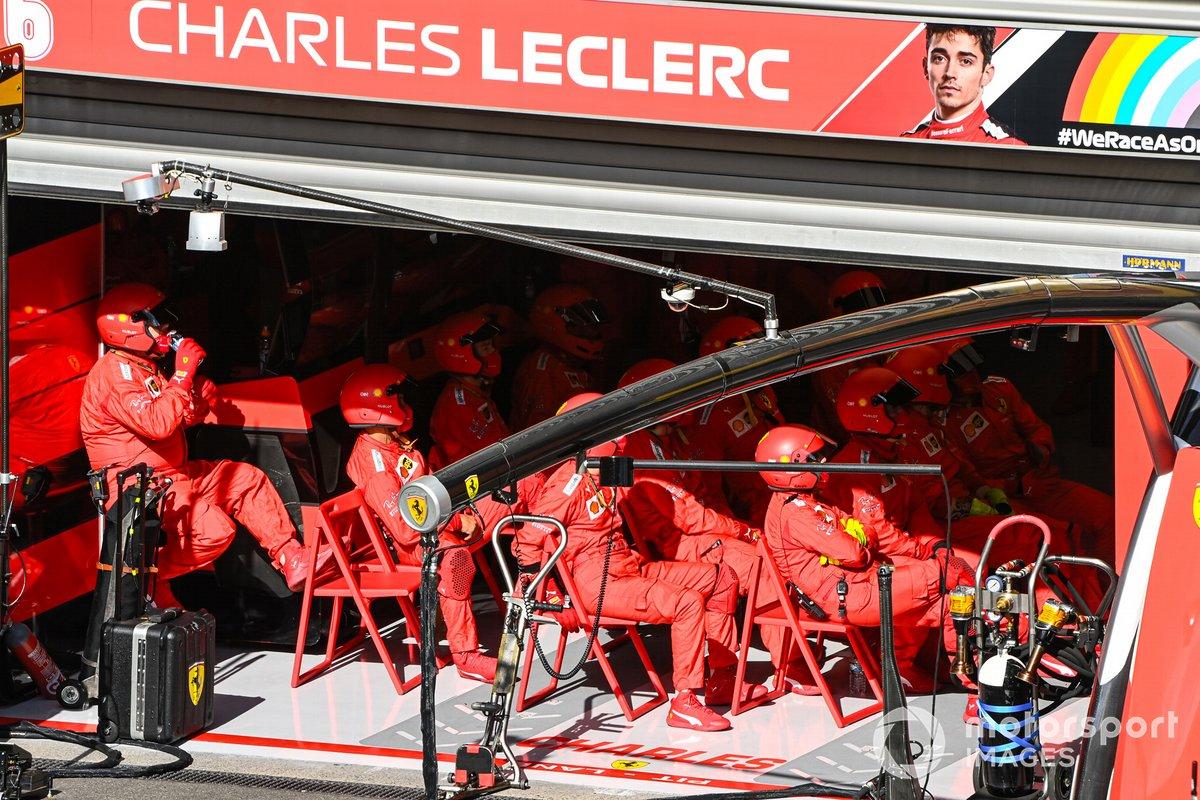 La squadra Ferrari ai box in garage