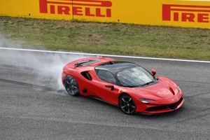 Sebastian Vettel, Ferrari, fait des donuts avec une SF90 Stradale