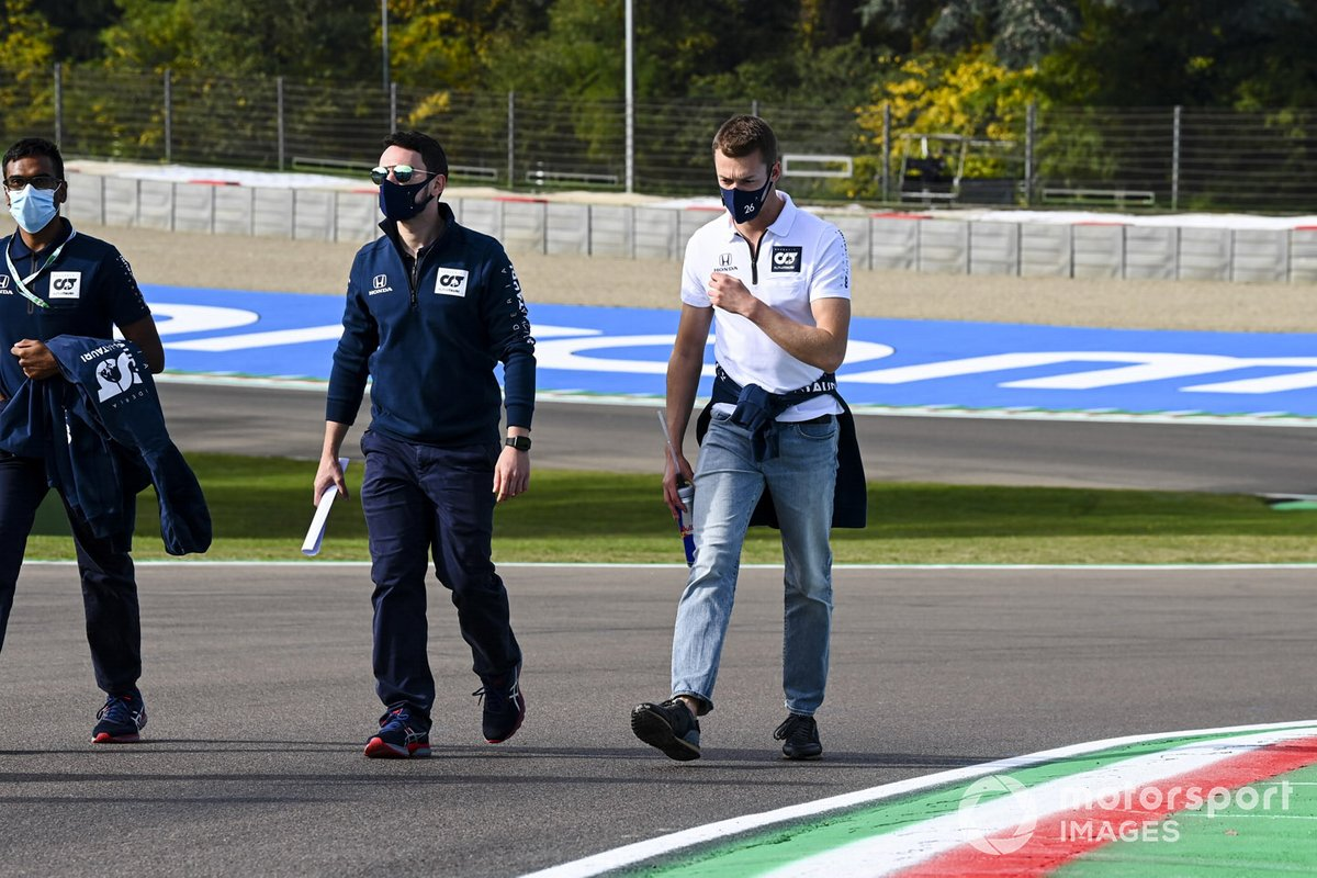 Daniil Kvyat, AlphaTauri, cammina sul circuito