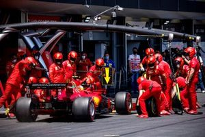Карлос Сайнс, Ferrari SF21, на пит-лейне