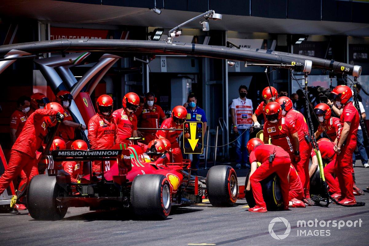Carlos Sainz Jr., Ferrari SF21, en pits en la FP3