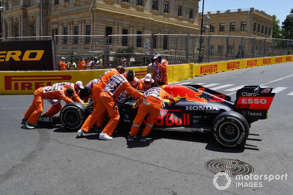 Los comisarios retiran el coche dañado de Max Verstappen, Red Bull Racing RB16B