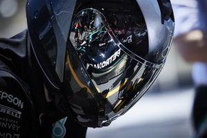 Valtteri Bottas, Mercedes W12, reflected in a pit crew members visor