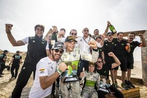 Jamie Chadwick, Stephane Sarrazin, Veloce Racing and Formula E driver and Veloce Racing co-founder Jean-Eric Vergne and team members celebrate