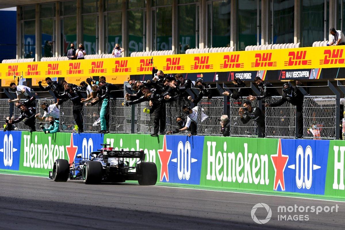 Lewis Hamilton, Mercedes W12, primo classificato, prende la vittoria