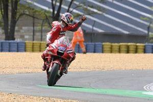 Jack Miller, Ducati Team bedankt een marshal voor de hulp