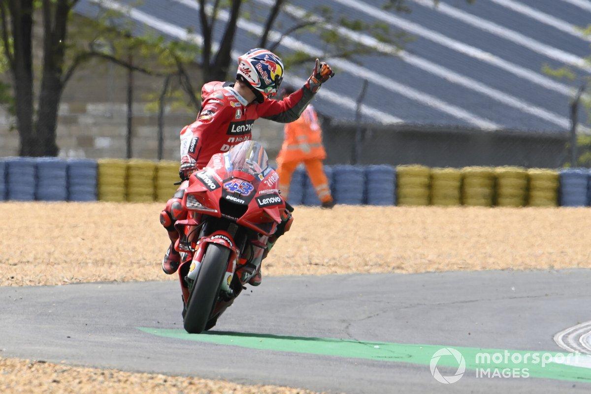 Jack Miller, Ducati Team, dando las gracias a los oficiales de pista tras la caída