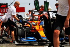 Daniel Ricciardo, McLaren MCL35M, in the pits during FP2