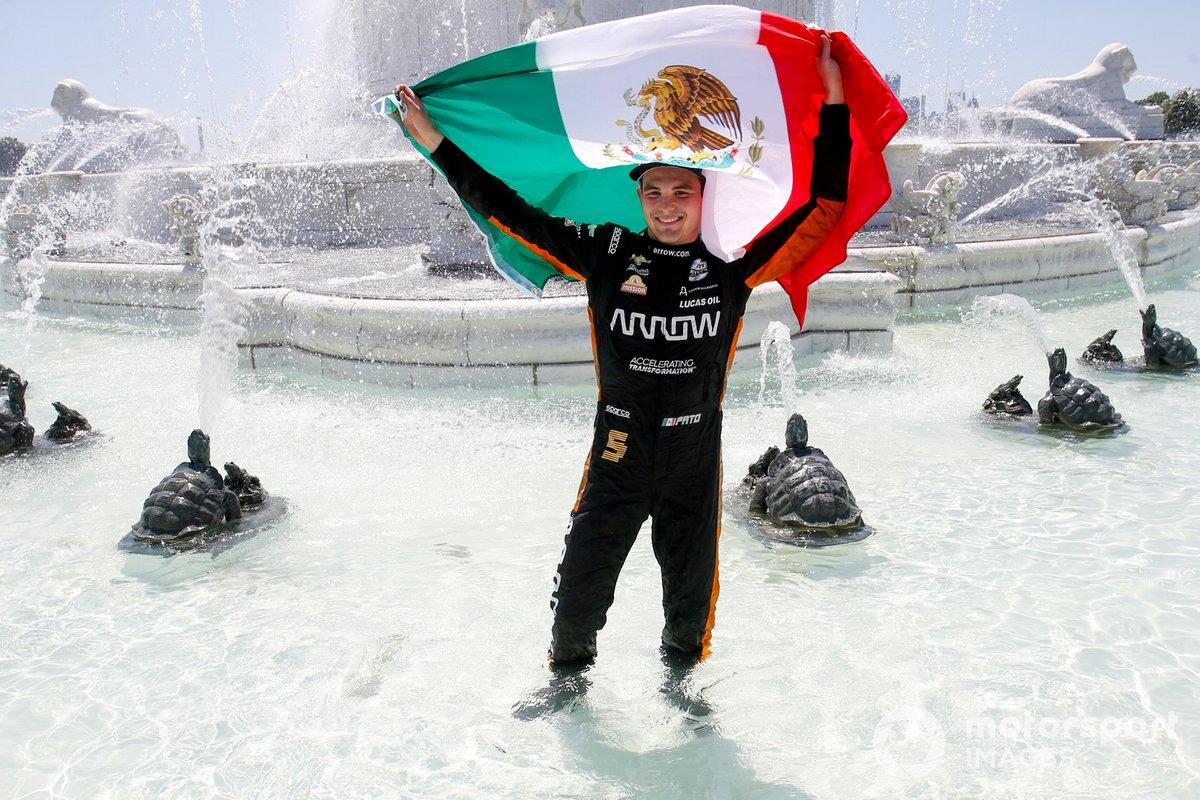 Ganador de la carrera Patricio O'Ward, Arrow McLaren SP Chevrolet celebra en la fuente