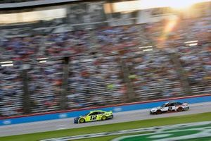 Ryan Blaney, Team Penske, Ford Mustang Menards/Wrangler y Brad Keselowski, Team Penske, Ford Mustang Discount Tire