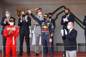 Max Verstappen, Red Bull Racing, primo classificato, con il trofeo