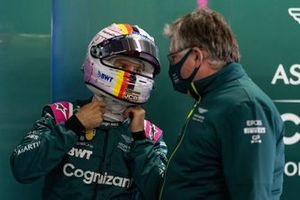Sebastian Vettel, Aston Martin, con Otmar Szafnauer, Team Principal y CEO, Aston Martin F1