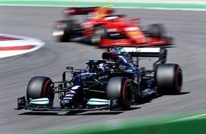 Льюис Хэмилтон, Mercedes W12, Карлос Сайнс, Ferrari SF21