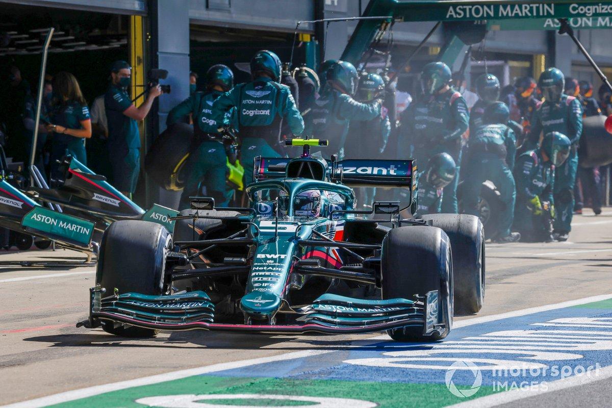 Sebastian Vettel, Aston Martin AMR21, lascia i box dopo una fermata