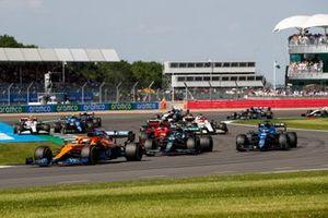 Daniel Ricciardo, McLaren MCL35M, Sebastian Vettel, Aston Martin AMR21, Fernando Alonso, Alpine A521, and the remainder of the field