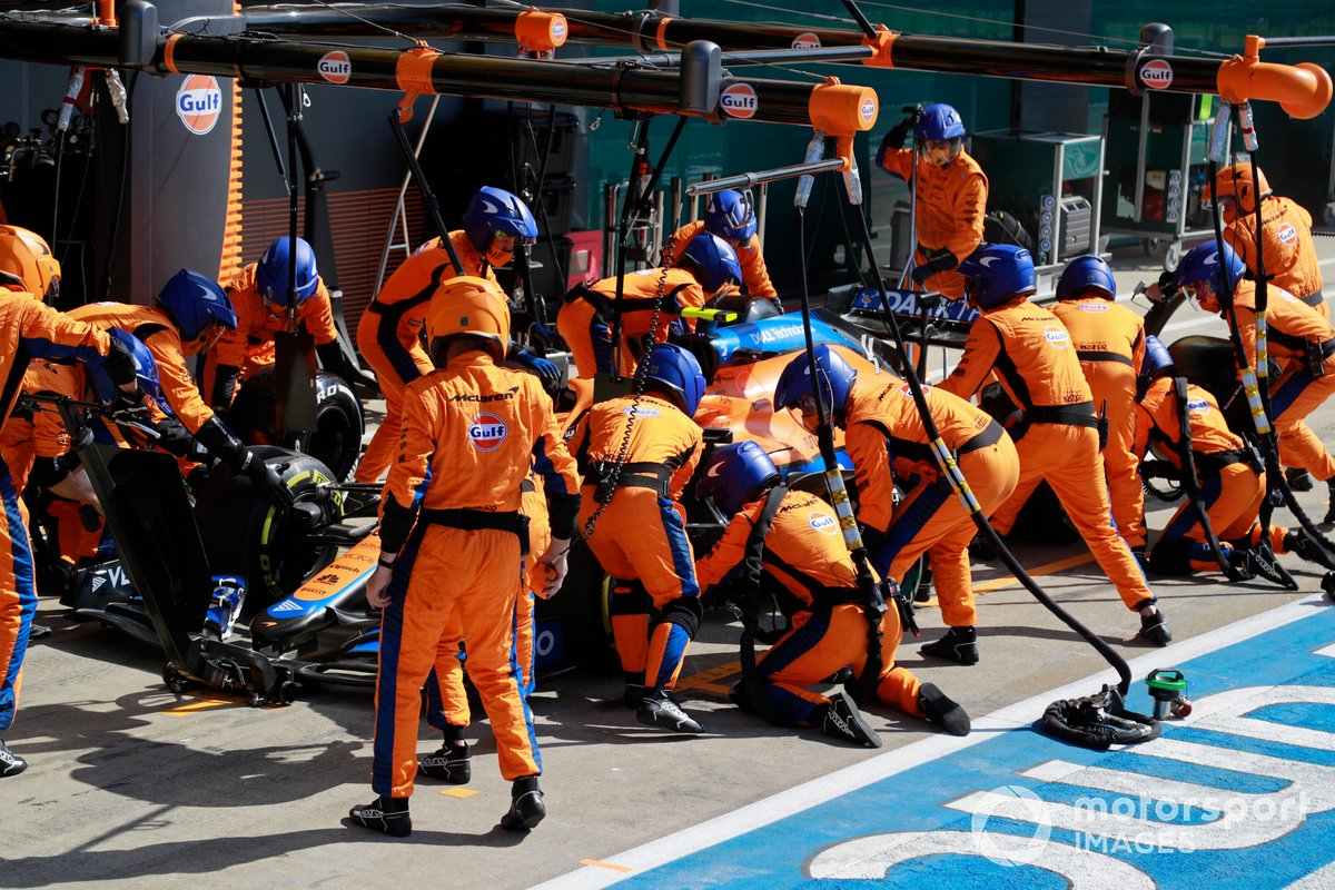 Lando Norris, McLaren MCL35M, effettua un pit stop