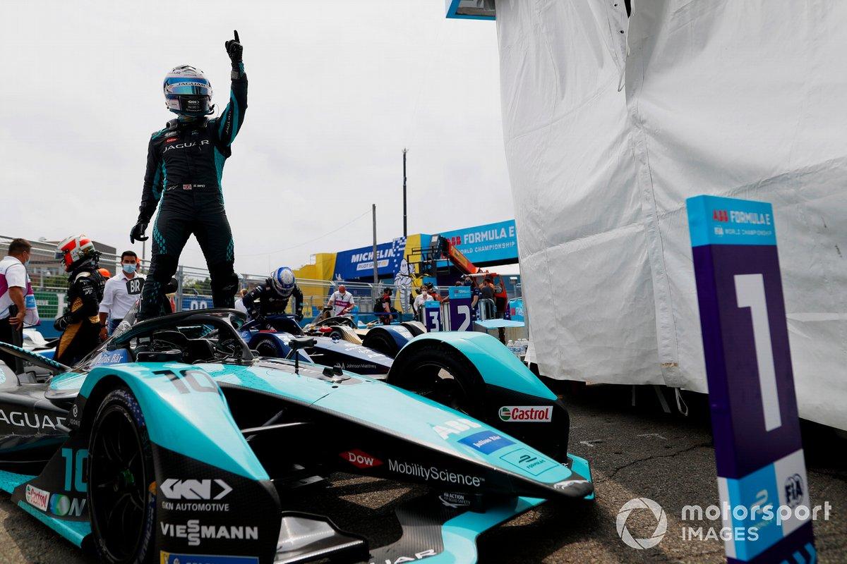 Ganador Sam Bird, Jaguar Racing, celebrates en Parc Ferme