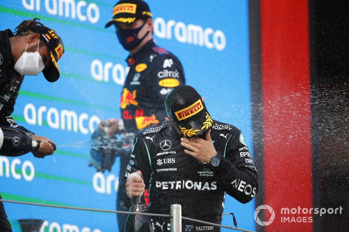 Lewis Hamilton, Mercedes, 1 ° posizione, Max Verstappen, Red Bull Racing, 2 ° posizione, e Valtteri Bottas, Mercedes, 3 ° posizione, festeggiano sul podio