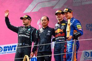 Valtteri Bottas, Mercedes, Toyoharu Tanabe, F1 Technical Director, Honda, Max Verstappen, Red Bull Racing, en Lando Norris, McLaren, op het podium
