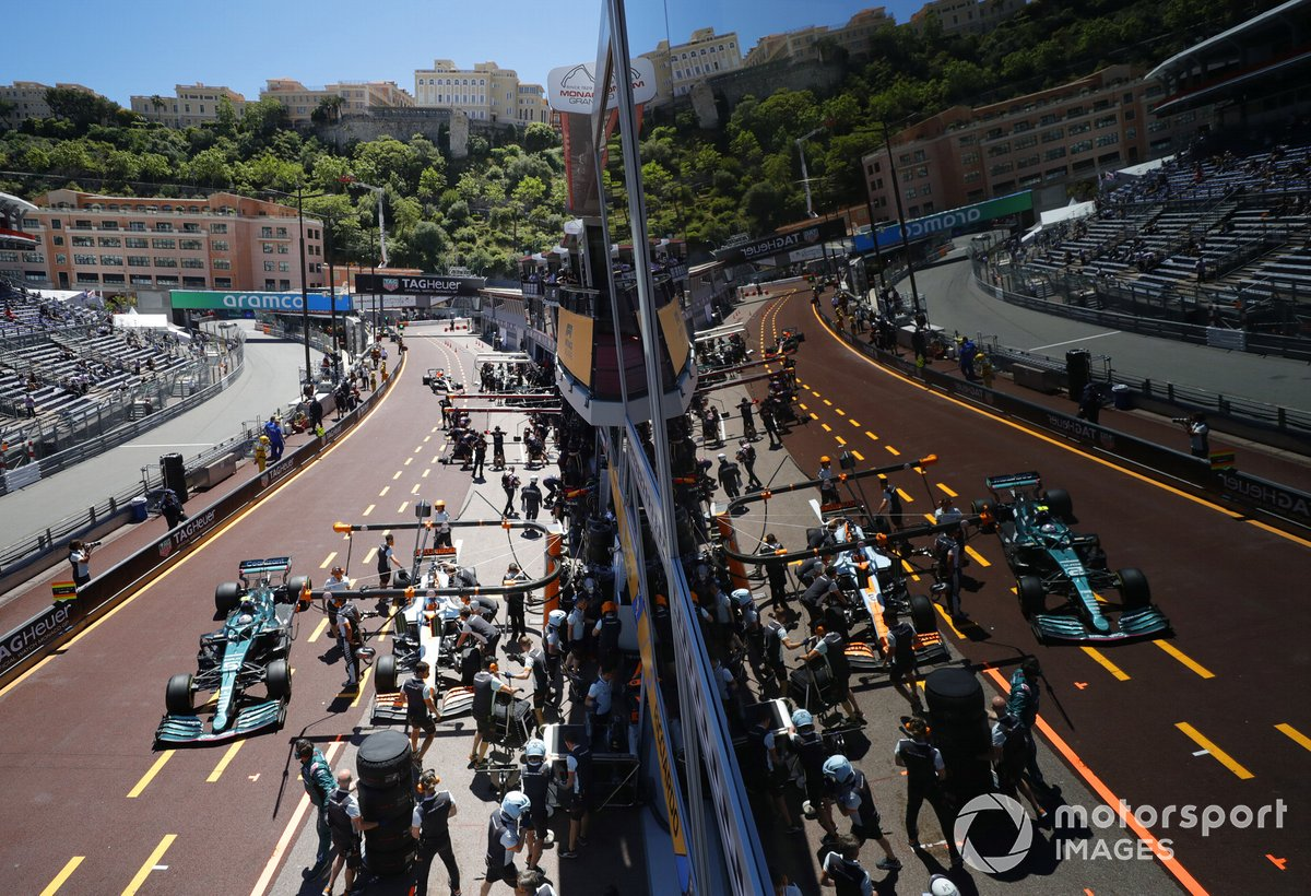 Daniel Ricciardo, McLaren MCL35M, Sebastian Vettel, Aston Martin AMR21