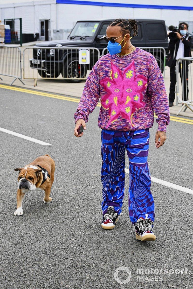 Lewis Hamilton, Mercedes, con su perro Roscoe